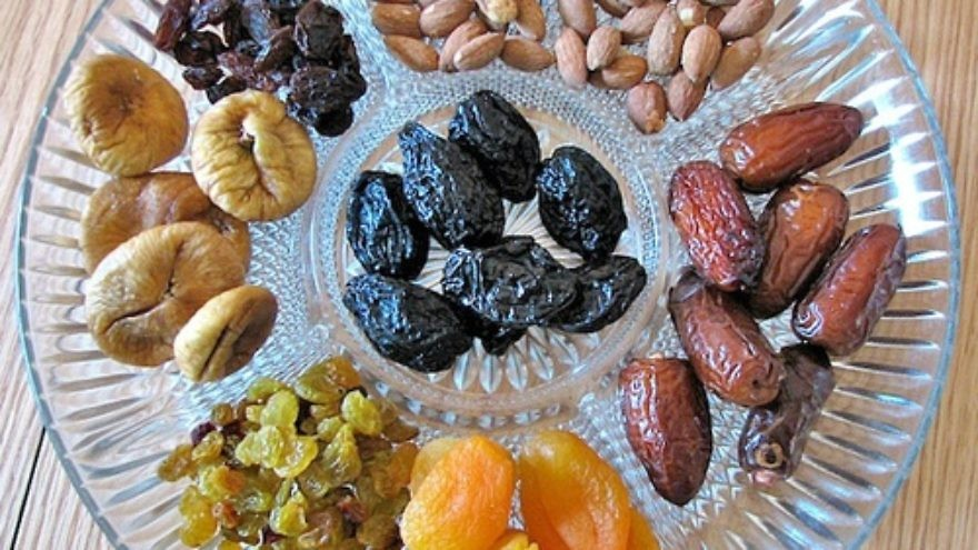 Dried fruit and nuts on a platter, traditionally eaten on Tu B'Shevat. Credit: Gilabrand via Wikimedia Commons.