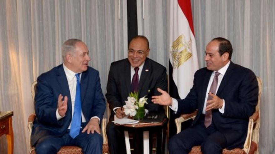 Israeli Prime Minister Benjamin Netanyahu meets with Egyptian President Abdel Fattah El-Sisi (right) in New York, Sept. 18, 2017. Credit: Avi Ohayon/GPO.