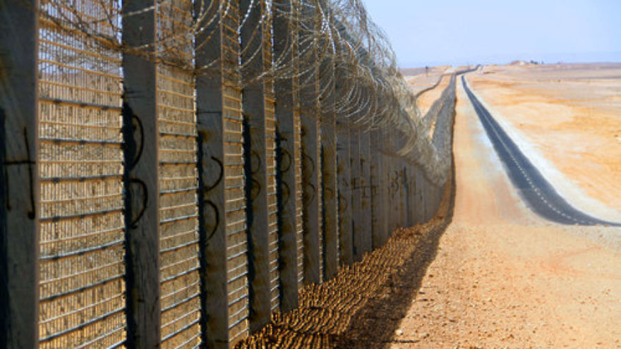 The Israel-Egypt border fence. Credit: Idobi via Wikimedia Commons.