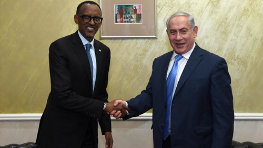 Israeli Prime Minister Benjamin Netanyahu (right) meets with Rwandan President Paul Kagame in Nairobi, Kenya, on Nov. 28. Credit: Haim Zach/GPO.