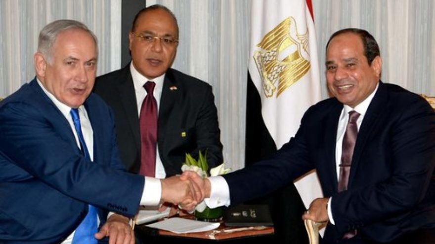 Israeli Prime Minister Benjamin Netanyahu (left) and Egyptian President Abdel Fattah El-Sisi shake hands during a meeting in New York on Sept. 18, 2017. Credit: Avi Ohayon/GPO.