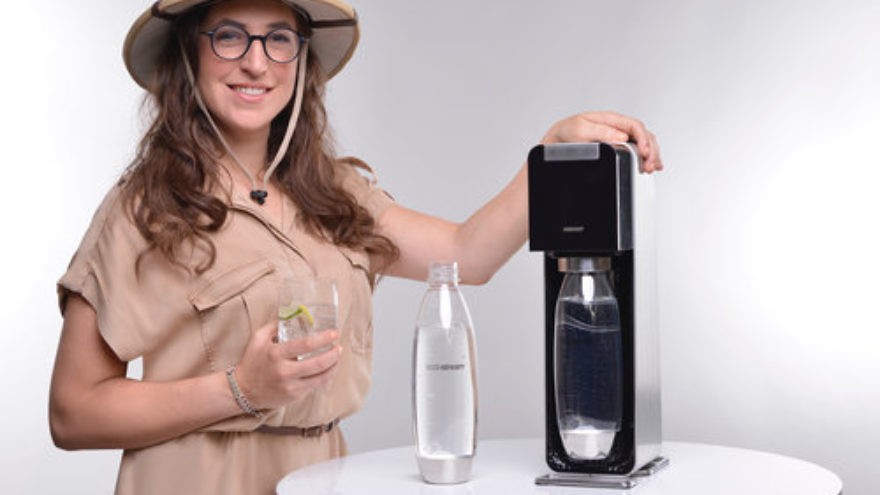 "Mayim Bialik, star of the ""Homoschlepiens"" video campaign, with a SodaStream machine. Credit: SodaStream."