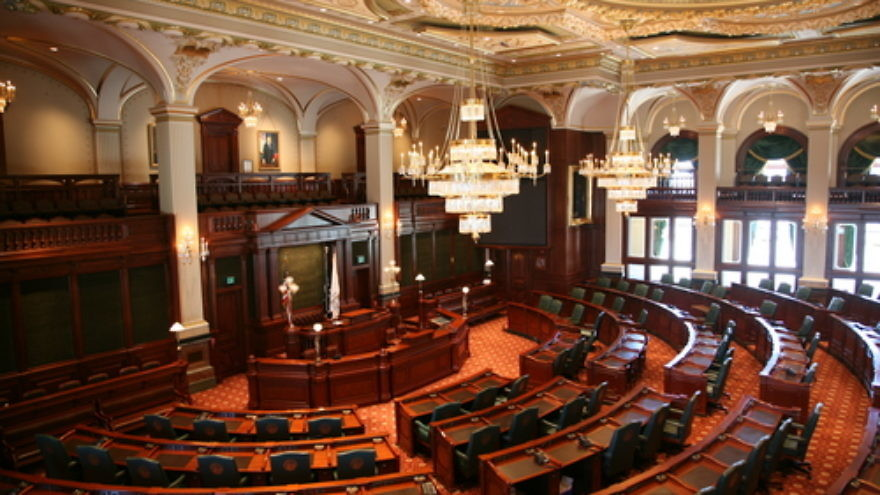 Click photo to download. Caption: The chamber of the Illinois House of Representatives, which on Monday unanimously (102-0) passed legislation that bans state pension funds from including in their portfolios companies that participate in the Boycott, Divestment and Sanctions (BDS) movement against Israel. Credit: Daniel Schwen via Wikimedia Commons.