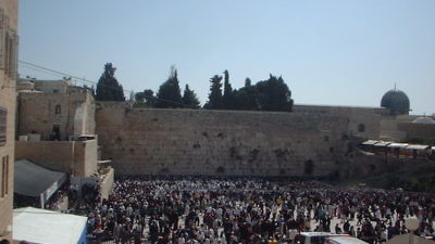 A large crowd gathers at the Western Wall on Passover to receive the priestly blessing, known as Birkat Kohanim. Credit: Wikimedia Commons.