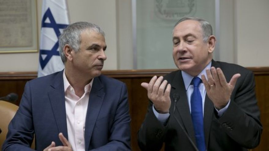 Israel's Finance Minister Moshe Kahlon (left) with Prime Minister Benjamin Netanyahu during a cabinet meeting in Jerusalem in 2017. Credit: Olivier Fitoussi/POOL/Flash90.