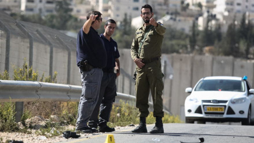 Israeli police and forensic experts at the scene of an Oct. 13 Palestinian car-ramming terror attack at the Aza'im checkpoint near Ma'ale Adumim, just east of Jerusalem. Credit: Flash90.