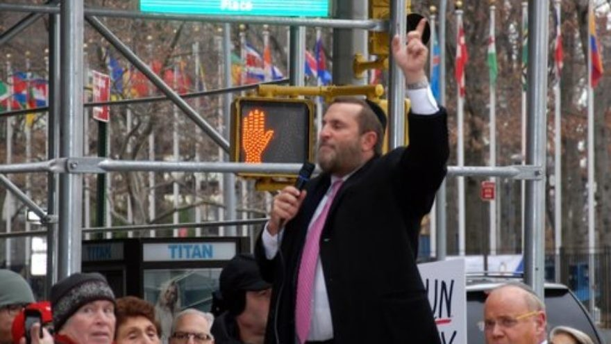 Rabbi Shmuley Boteach speaks at the Dec. 28 New York rally protesting the Obama administration's role in the U.N. vote against Israeli settlements. Credit: Maxine Dovere.