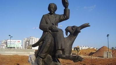 Click photo to download. Caption: A statue of famed Yiddish writer Sholem Aleichem in Netanya, Israel. Credit: Avishai Teicher via Wikimedia Commons.