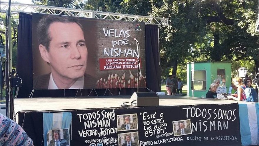 A protest in Buenos Aires marked the one-year anniversary of the death of Alberto Nisman, the Argentinian federal prosecutor who was investigating the AMIA Jewish center bombing, January 2016. Credit: Wikimedia Commons.