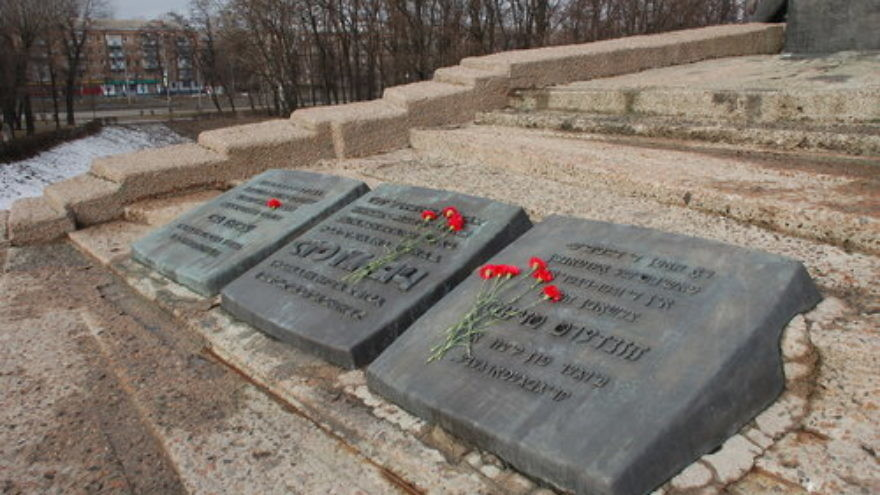 Monument to the murdered in Babi Yar, Kiev. Credit: Wikimedia Commons.
