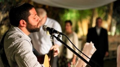 Click photo to download. Caption: Binyamin Kagedan performs at a chuppah. Credit: Yuval Haber.