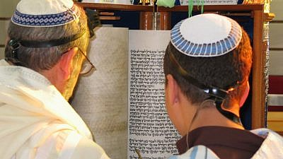 Reading from a Torah scroll in accordance with Sephardi tradition. Credit: Sagie Maoz via Wikimedia Commons.