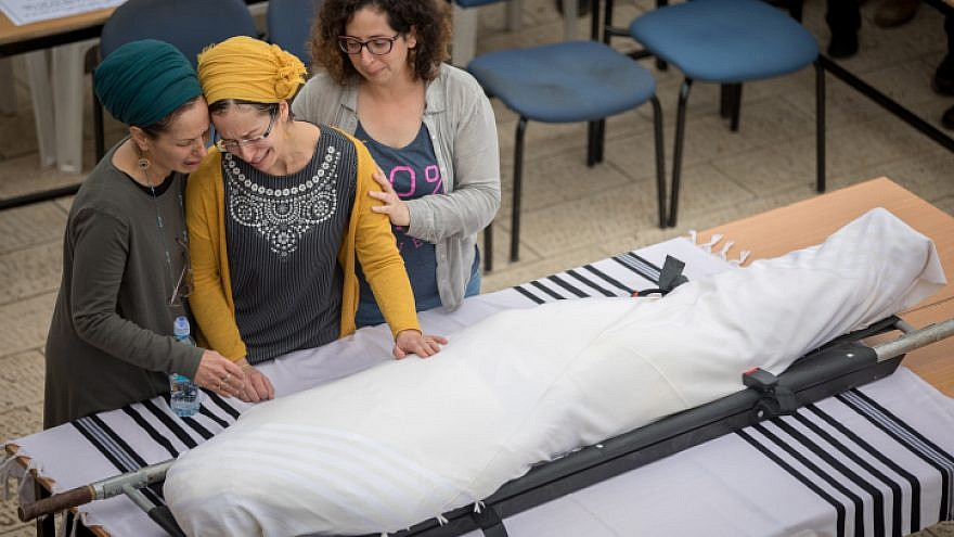 Miriam Ben Gal (center), wife of Rabbi Itamar Ben Gal, mourns near his body during his funeral in Har Bracha on Feb. 6, 2018. The rabbi was murdered when a Palestinian man stabbed him in a terror attack at the entrance to Ariel in the West Bank. Photo by Yonatan Sindel/Flash90