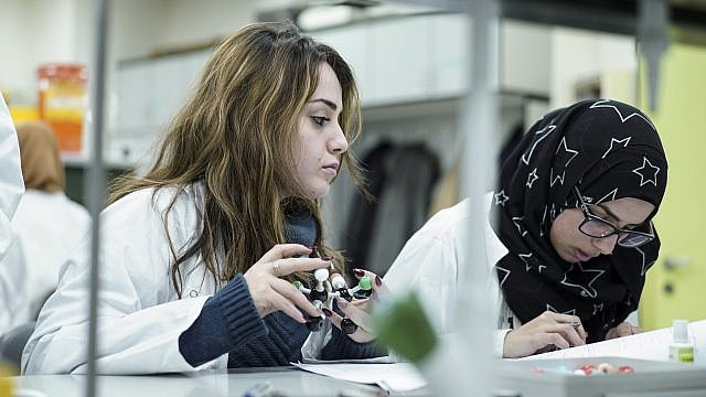 Jewish and Arab female students in a science study lab at Hadassah Academic College. Credit: Hadassah Academic College.