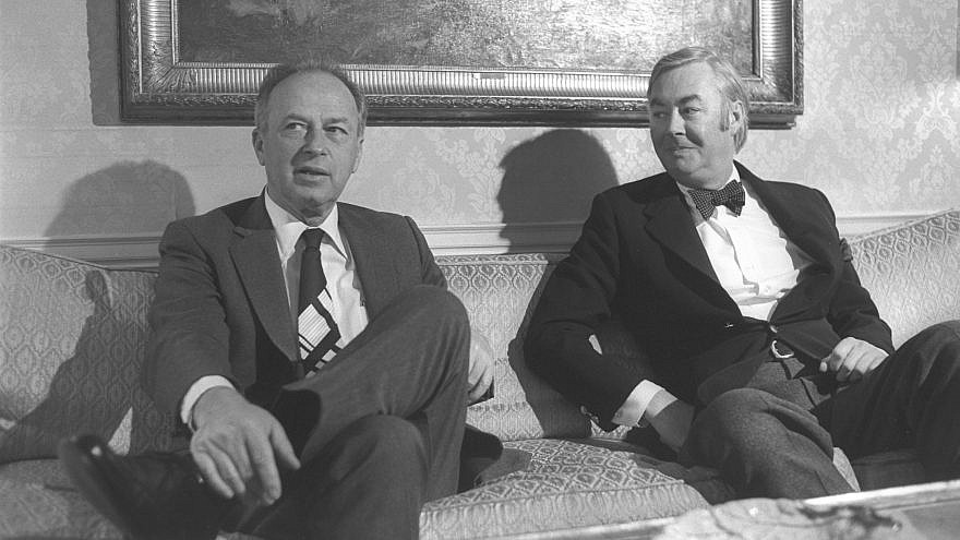 Israeli Prime Minister Yitzhak Rabin (left) with the U.S. Ambassador to the United Nations Daniel Patrick Moynihan at the Waldorf Astoria Hotel in New York. Photo by Yaacov Saar/GPO
