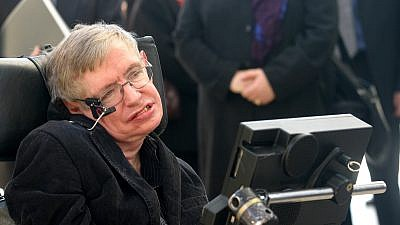 Renowned British cosmologist Stephen Hawking attends a conference with Israeli high school students at the Bloomfield Museum of Science in Jerusalem on Dec. 10, 2006, as part of an eight-day visit to the region. Credit: Orel Cohen/Flash90