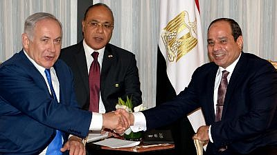 Israeli Prime Minister Benjamin Netanyahu, left, meets with Egyptian President Abdel Fattah Al-Sisi in New York on Sept. 18, 2017. Credit: Avi Ohayon/GPO.