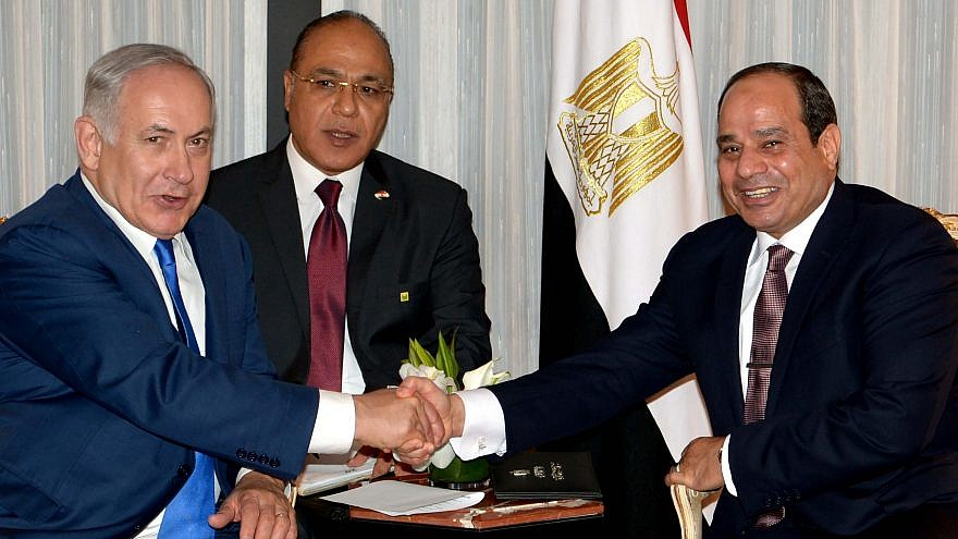 Israeli Prime Minister Benjamin Netanyahu, left, meets with Egyptian President Abdel Fattah Al-Sisi in New York on Sept. 18, 2017. Credit: Avi Ohayon/GPO.