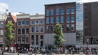 Canal house and Anne Frank House museum entrance in 2015. Credit: Wikimedia Commons.