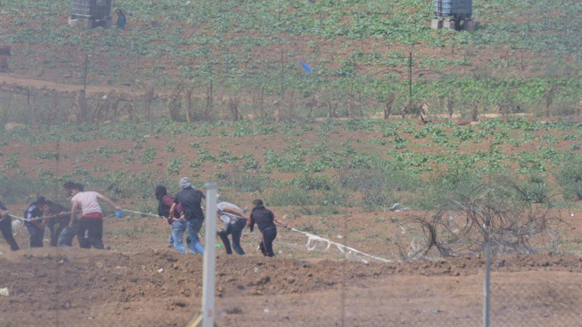 Gazan rioters attempting to infiltrate Israel and burn the security fence adjacent to the Karni Crossing in the northern Gaza Strip. Credit: IDF.