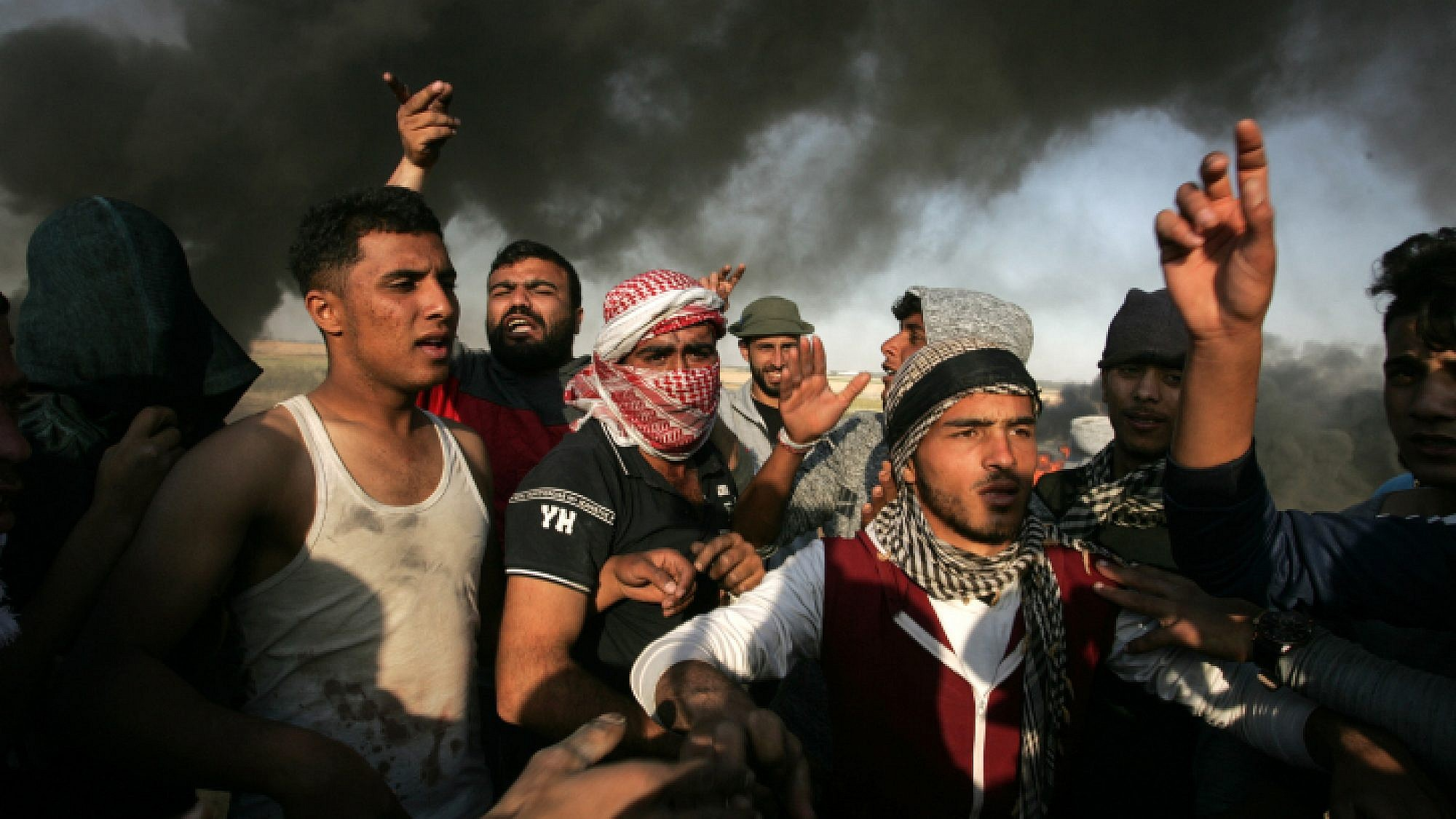 Palestinian protesters during clashes with Israeli security forces near the border with Israel, east of Khan Yunis, in the southern Gaza Strip, on April 1, 2018. Photo by Abed Rahim Khatib/Flash90