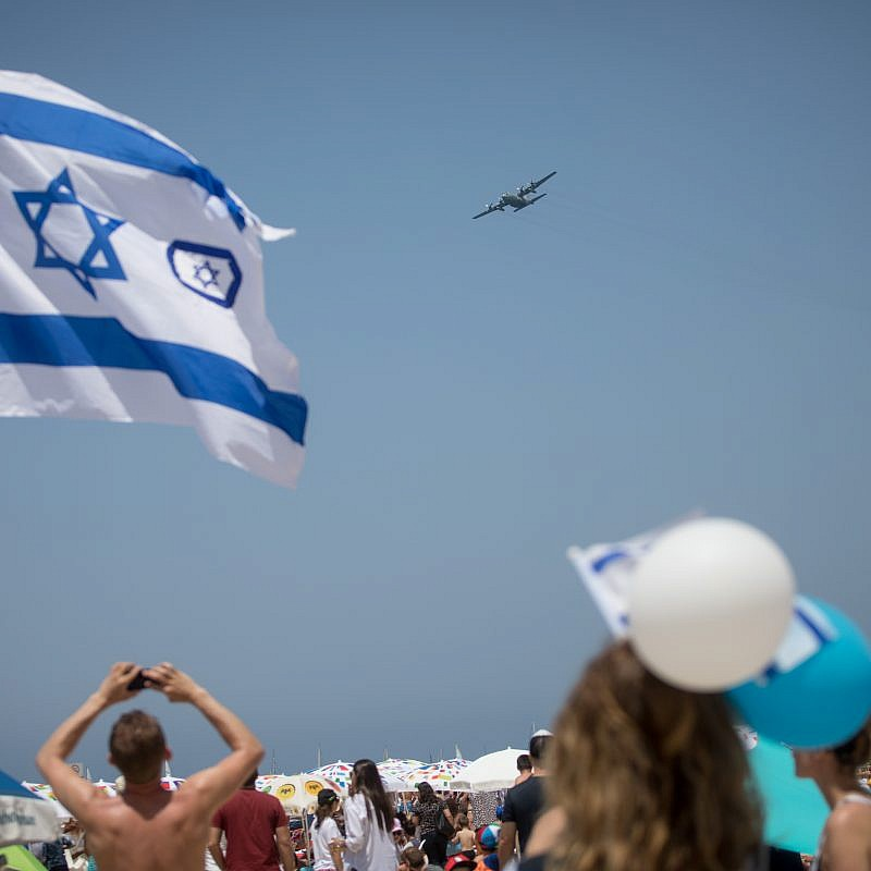 People on at the Tel Aviv beach watch the military airshow on Israel's 70th Independence Day, April 19, 2018. Credit: Miriam Alster/Flash 90.