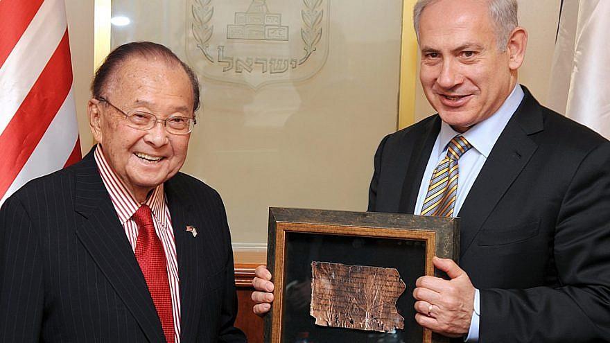 Israeli Prime Minister Benjamin Netanyahu presenting one of many awards to Daniel Inouye, a longtime senator from Hawaii and an even longer friend of Israel. Credit: Moshe Milner, GPO.