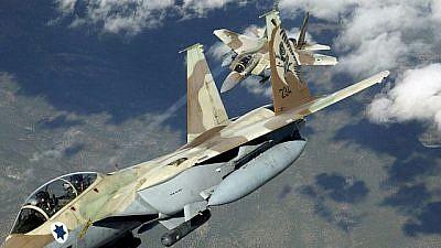 Two Israeli Air Force F-15 Ra'ams practice air maneuvers. Credit: TSGT Kevin J. Gruenwald, USAF/Wikipedia
