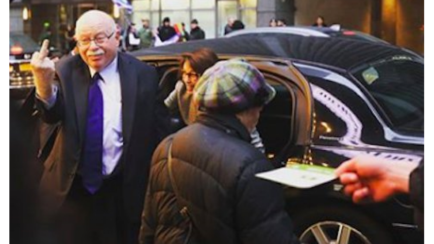 Michael Steinhardt showing anti-Israel, anti-Birthright protesters what he really thinks. Source: Twitter photo capture.