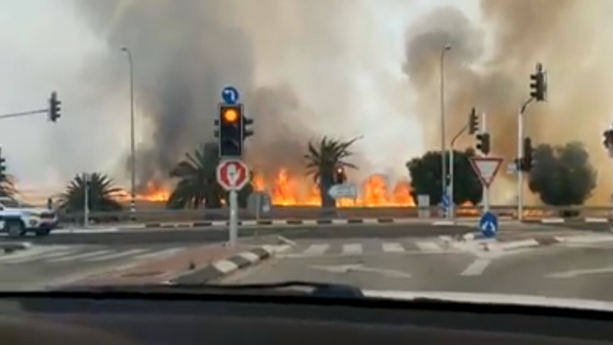 Gaza terror arson threatening Israeli Highway 232. Source: Screenshot.