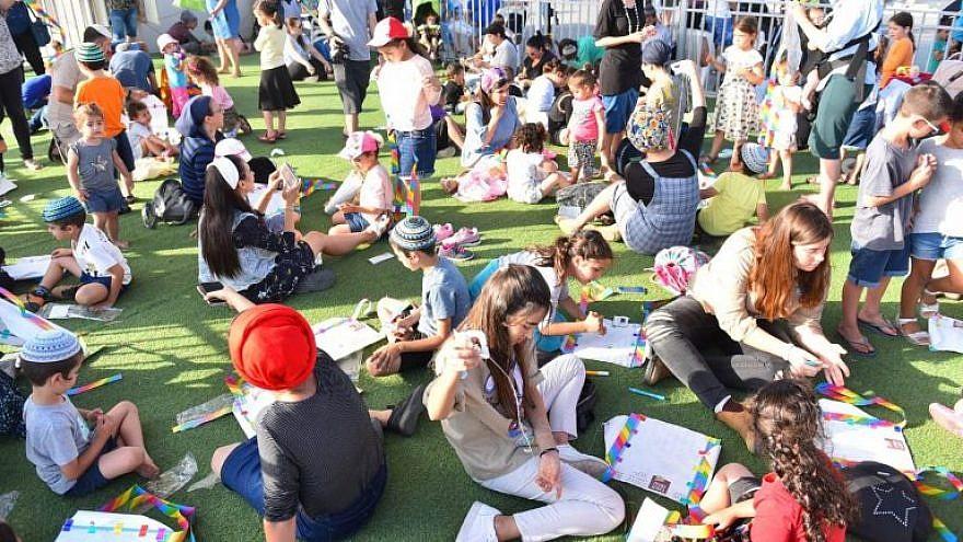 Children and parents of Sderot making kites for the 2018 festival. Credit: Sderot Municipality Spokesperson.