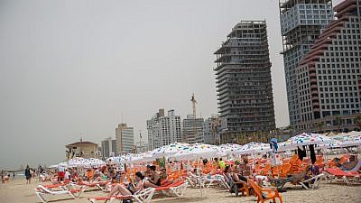 Crowds enjoy the Tel Aviv beach on May 10, 2018, in the spring tourist season. Photo by Miriam Alster/Flash90.