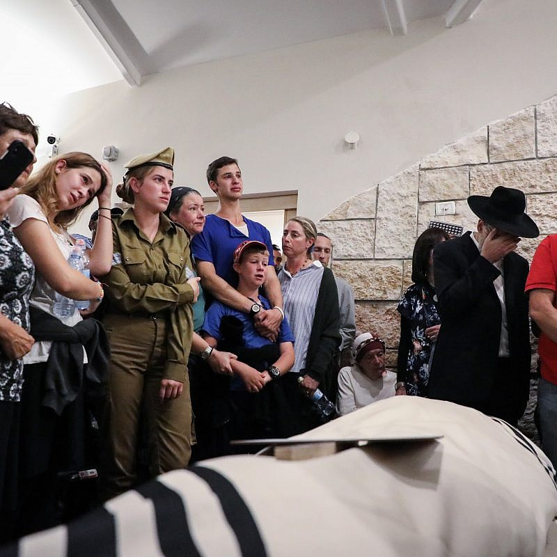 Friends and family attend the funeral of Ari Fuld, who was murdered at the Gush Etzion Junction, September 16, 2018. Photo by Gershon Elinson/FLASH90