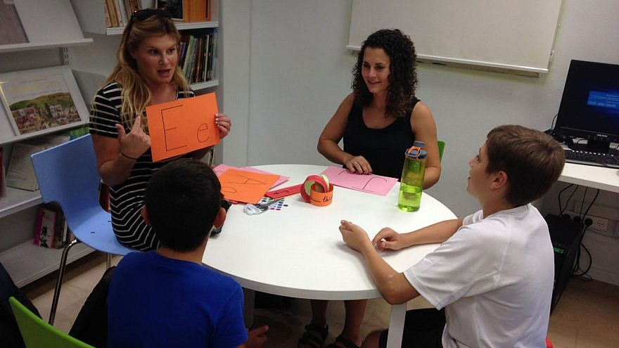 A Masa Israel Teaching Fellow practices the alphabet with Israeli students. Credit: Masa Israel Journey.