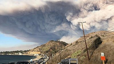 The smoke plume from the fast-moving Woolsey Fire encroaching on Malibu on November 9, 2018, as residents evacuate along the Pacific Coast Highway. Source: Cyclonebiskit, Wikimedia Commons