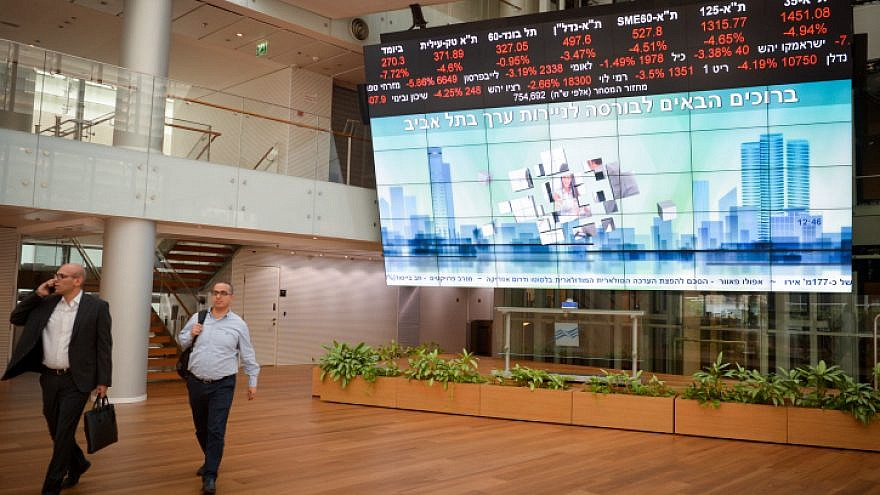 Screens show falling stocks at the Tel Aviv Stock Exchange, Dec. 23, 2018. Photo by Miriam Alster/Flash90.