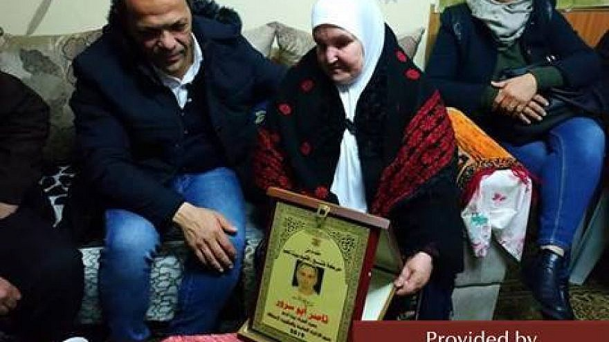 The mother of Nasser and Mahmoud Abu Srur accepts certificates of honor. Source: Facebook.com.iqlimfateh, Jan. 5, 2019. (MEMRI)