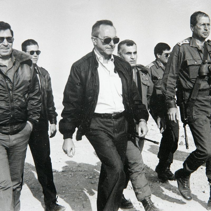 Training by the Israel Defense Forces in the Judean Desert. From left: Dan Shomron former IDF Chief of Staff, Moshe Arens former Minister of Defense, Gen. Yitzhak Mordechai and Moshe Ya'alon. December 1991. Credit: Yossi Zamir.