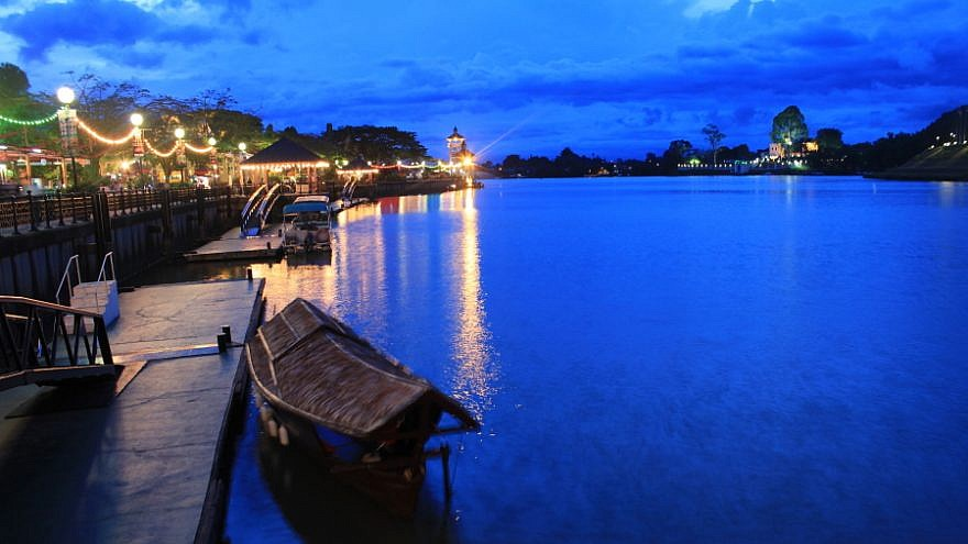 A traditional roofed wooden sampan, the main water transport in Kuching, Malaysia. Credit: Flickr/Wikimedia Commons.