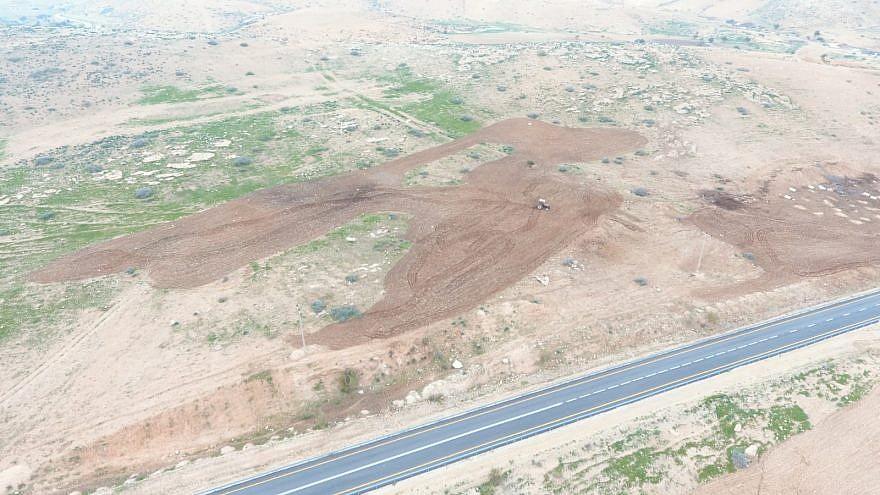 Land seizure at Maskiyot. Credit: Regavim.