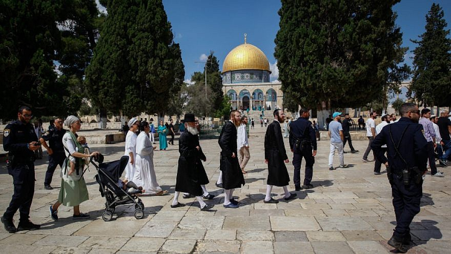 Israeli security forces escort a group of religious Jews as they visit the Temple Mount in Jerusalem's Old City on Yom Kippur, Sept. 19, 2018. Photo by Sliman Khader/Flash90.