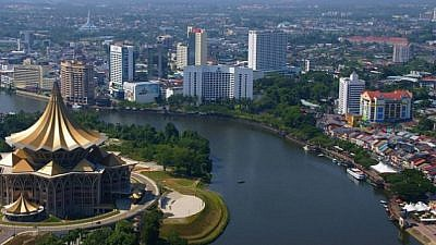 The Sarawak River flowing through the Kuching city center. Credit: CoolCityCat/Wikimedia Commons.