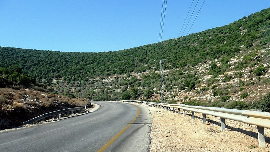 A road in the West Bank. Credit: Daniel Ventura/Wikimedia Commons.