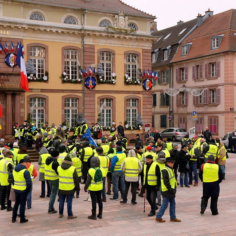 """Yellow-vests""protest in France on Dec. 29, 2018, Photo by Thomas Bresson via Wikimedia Commons."