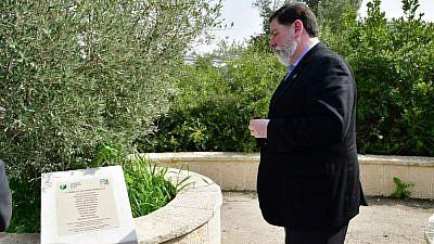 Pittsburgh Mayor Bill Peduto visits the Tree of Life Synagogue Victims Memorial Plaque in Jerusalem on Feb. 24, 2019. Credit: Rafi Ben Hakun/KKL-JNF.