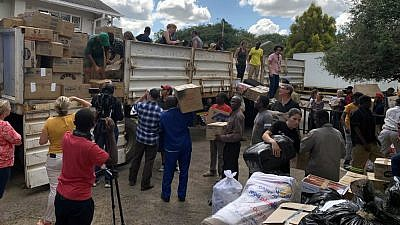 Volunteers bring donated goods to be transported to the Chimanimani District of Zimbabwe and other affected areas by Cyclone Idai, March 19, 2019. Credit: Columbus Mavhunga/VOA via Wikimedia Commons.