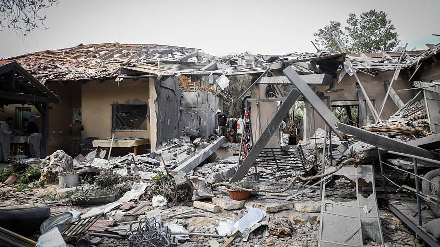 Israeli security forces inspect the scene of a house in Moshav Mishmeret, in central Israel,  that was hit by a rocket fired from the Gaza Strip on March 25, 2019. Credit: Noam Revkin Fenton/Flash90.