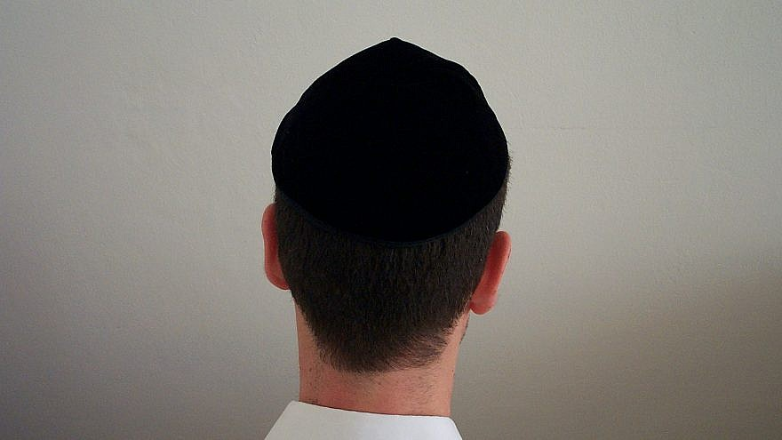 A black velvet yarmulke. Credit: Boles Shikmim/Wikimedia Commons.
