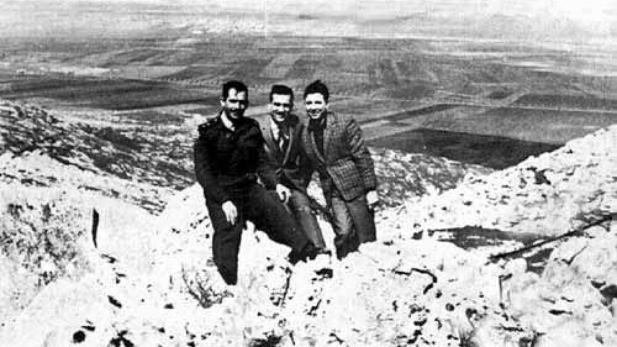 Эли Коэн (в центре) изображает из себя арабского торговца Камеля Амина Тхабета со своими друзьями из сирийской армии на Голанских высотах, возвышающихся над Израилем, середина 1960-х годов. Предоставлено: фото сирийских военнослужащих через Wikimedia Commons.
