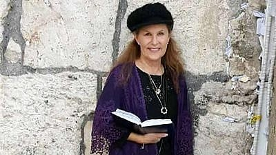 Lori Kaye at a visit to the Kotel (Western Wall) in Jerusalem. Credit: Chabad.org/News.